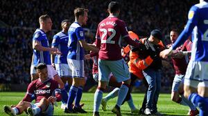 Jugador del Aston Villa fue agredido por aficionado en pleno partido