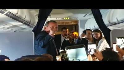 El video del momento cuando Juan Guaidó se dirige a los pasajeros del avión comercial en el que llegó a Venezuela