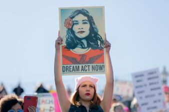 En fotos: con mensajes a favor de los dreamers, así se celebró el aniversario de la Marcha de las Mujeres en Las Vegas