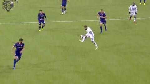 Marco Fabián intenta sorprender desde fuera del área, pero el cancerbero le niega el gol