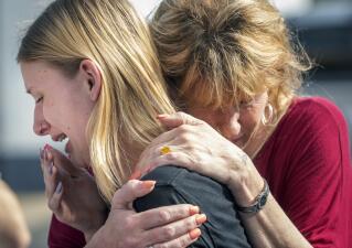 En fotos: Autoridades atienden a las víctimas de un tiroteo en una secundaria de Texas