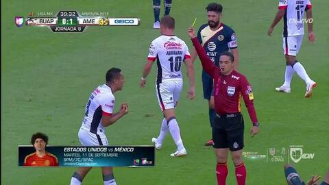 Tarjeta amarilla. El árbitro amonesta a Omar Tejeda de Lobos BUAP