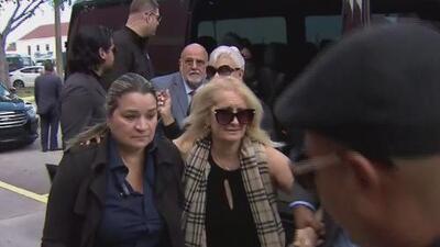Así fue la llegada de la esposa y los tres hijos de José José al lugar del homenaje en Miami