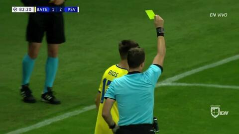 Tarjeta amarilla. El árbitro amonesta a Aleksey Rios de BATE Borisov