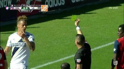 Tarjeta amarilla. El árbitro amonesta a Rolf Feltscher de LA Galaxy