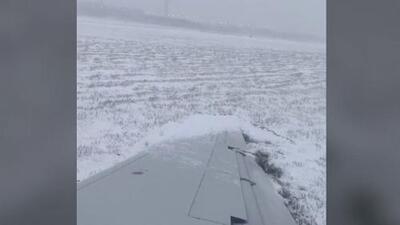 Un avión se resbala y termina fuera de la pista de aterrizaje en el aeropuerto O'Hare