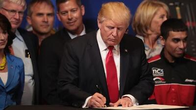 En un minuto: Trump endurece los requisitos de las visas H-1B