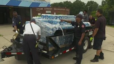 En medio de la crisis por contaminación por plomo, autoridades de Newark suspenden la entrega de agua embotellada