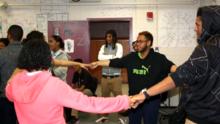 Esta secundaria bilingüe demuestra que aprender en español e inglés puede aumentar las tasas de graduación