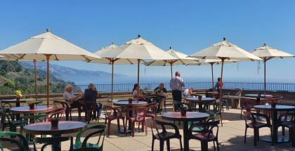 """<b><a href=""""https://www.nepenthe.com/"""" target=""""_blank"""">Nephente</a> es un restaurante ubicado en un acantilado al sur de California, donde desde la altura puedes apreciar el Océano Pacífico en su inmensidad acompañado de un cocktail o un café. </b>Abierto desde las 11:30 am hasta las 9 de la noche, puedes acceder a este maravilloso lugar a través de la autopista 1.  <b>No olvides portar mascarillas y guardar distancia social del resto de los clientes</b>,  <b><a href=""""https://www.nepenthe.com/"""" target=""""_blank"""">dice su sitio web. </a></b>"""