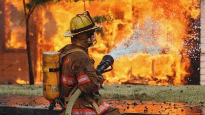 Encuentran a dos hombres muertos en casa incendiada