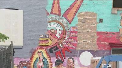 Con un altar improvisado, protestan por la eliminación de unos murales icónicos para los latinos en Pilsen