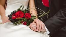 Una mujer descubre en la boda de su hijo que su futura nuera es la hija que perdió hace 20 años
