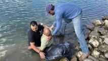 Rescatan a hombre cuyo auto aceleró y cayó al agua del Río Sacramento