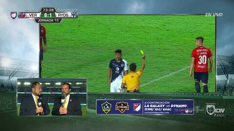 Tarjeta amarilla. El árbitro amonesta a Edson García de Veracruz