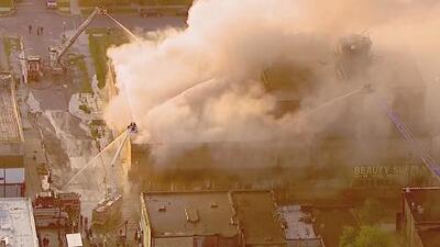 Un incendio consume un edificio comercial en Chicago y bomberos buscan controlarlo