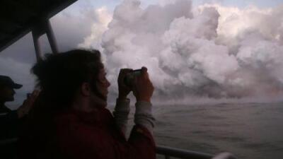 Erupción de lava del volcán Kilauea alcanza un bote turístico y causa heridas a por lo menos 13 personas