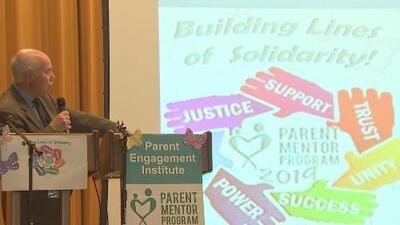 Celebran la graduación de 936 padres y madres entrenados para apoyar la formación en escuelas de Illinois