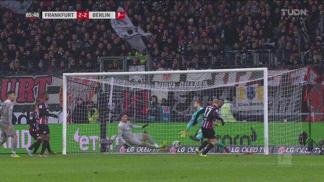 ¡Se olvidan de Rode! Nadie marca al atacante y el Eintracht Frankfurt ya lo empata