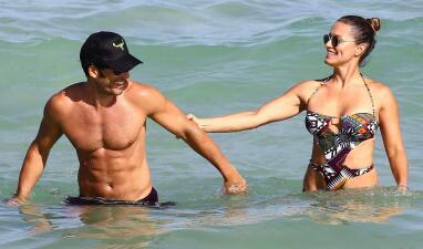 Aarón Díaz muerde de amor a Lola Ponce en las playas de Miami