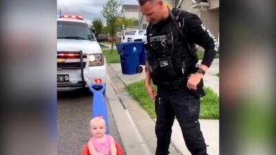 Policía intentó multar a su bebé por manejar indebidamente su auto de juguete pero ella se ríe de él