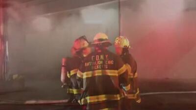 Investigan si incendio que consumió una planta de reciclaje en El Bronx fue provocado