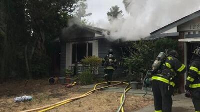 Mujer de la tercera edad muere y una niña resulta herida tras un incendio de dos alarmas en San José