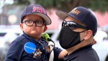 Niño hispano de 4 años con tumor cerebral hace su sueño realidad: ser jefe de bomberos por un día