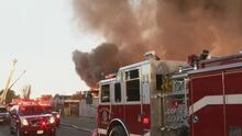 Un incendio de gran magnitud se registra en una fábrica de la zona industrial de Compton