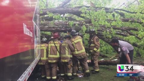 Árbol cae sobre camión durante tormenta en Atlanta