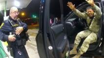 En un minuto: Despiden al policía que apuntó con arma y roció gas pimienta a un militar hispano en una parada de tránsito