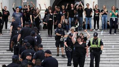 Arrestan a decenas de manifestantes en el Capitolio antes de la votación de Brett Kavanaugh