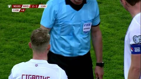 ¡Tarjeta Roja! Andrejs Ciganiks recibe la segunda amarilla y se va del juego