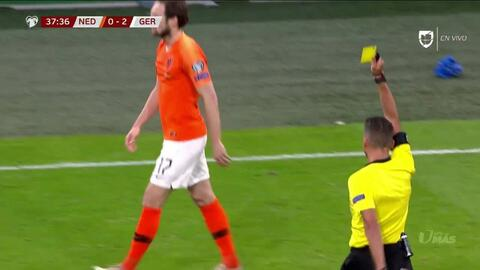 Tarjeta amarilla. El árbitro amonesta a Daley Blind de Netherlands