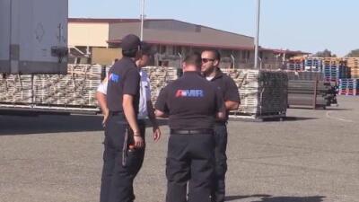 La ayuda de la agencia federal FEMA llega a la Base Aérea Travis en Fairfield