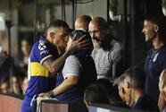 Con beso de 'apache', Tévez recibe a Maradona en La Bombonera