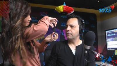 Argelia retó a Omar a hacer el show con bigote de charro y este aceptó