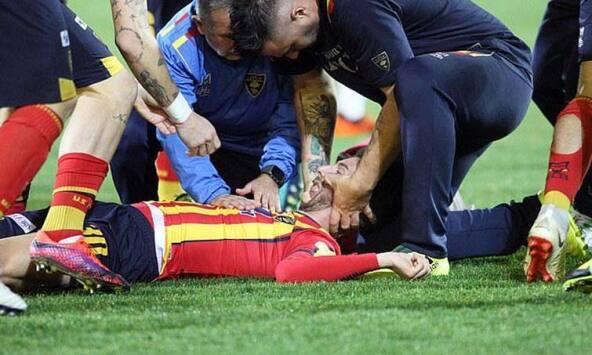 Impactante choque deja inconsciente a jugador y ocasiona suspensión de partido en Italia