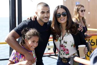 Salma Hayek se saca fotos con unos fans