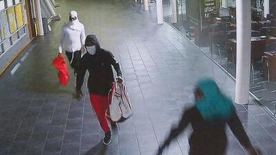 Buscan identificar a tres sospechosos de robo en una escuela preparatoria al norte de Houston