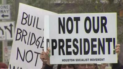 Líderes comunitarios y activistas marchan en Houston contra la declaración del estado de emergencia anunciada por Trump