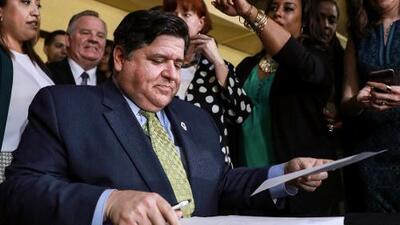 Pritzker firma proyecto de ley que finaliza la acumulación de solicitudes de Medicaid