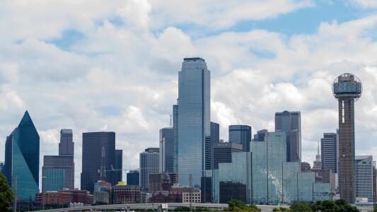 Mañana de lunes con cielo parcialmente nublado y probabilidad de lluvias en Dallas