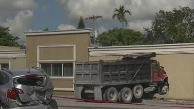 Camión de carga provoca accidente múltiple y termina chocando contra un edificio en el suroeste de Miami-Dade