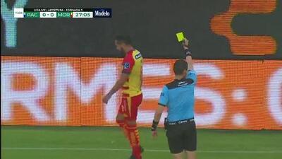 Tarjeta amarilla. El árbitro amonesta a Mario Osuna de Monarcas Morelia