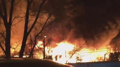 Voraz incendio consume la fábrica de papel Marcal en Nueva Jersey