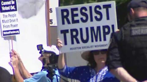 En medio de fuertes medidas de seguridad, Trump es recibido en Crosby, Texas, por simpatizantes y detractores