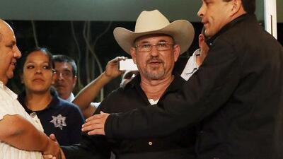 El fundador de autodefensas y 26 de sus seguidores se entregan a autoridades mexicanas