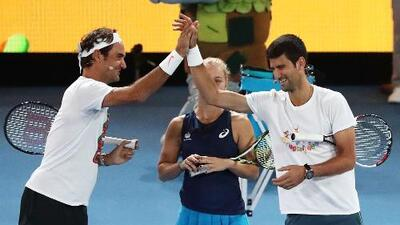 Federer bromea con Djokovic sobre jugar un set de exhibición en la Central