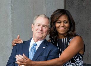 George W. Bush le entrega algo a Michelle Obama en el funeral de su padre: estas imágenes muestran su curiosa amistad